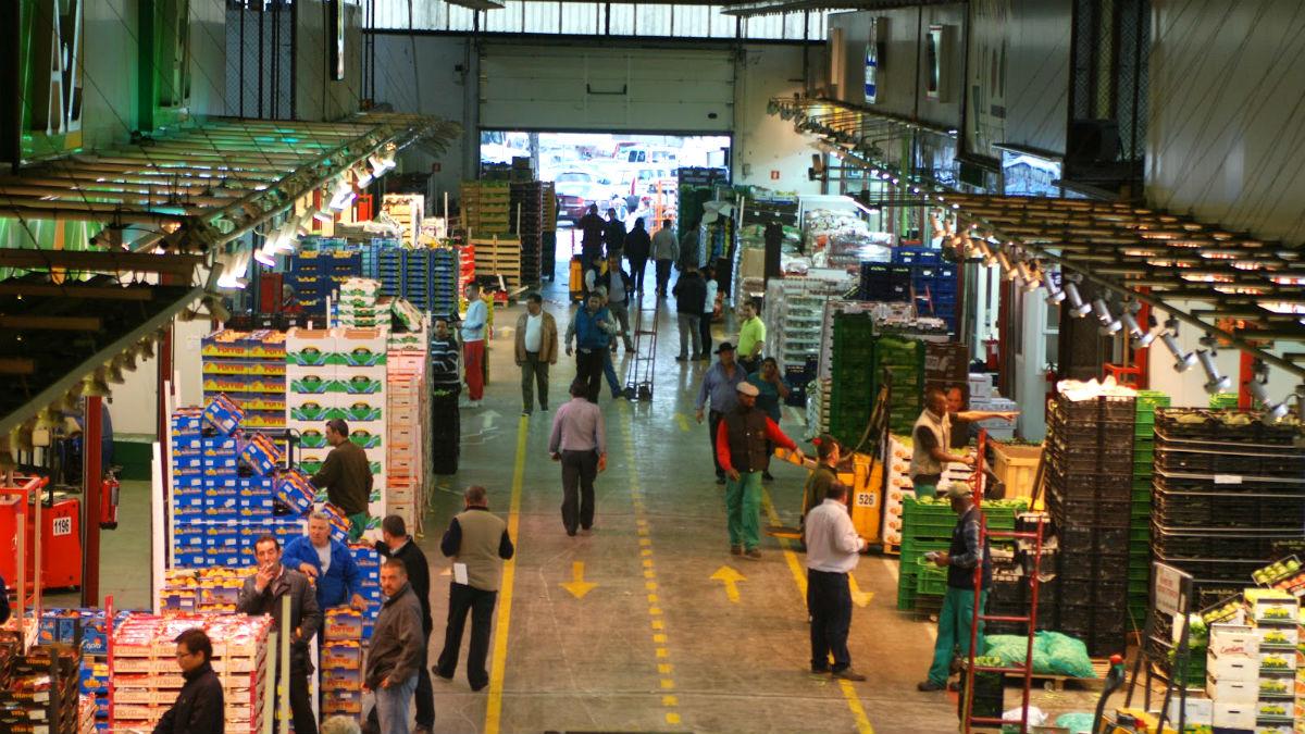 Interior de una de las naves del mercado de abastos de la capital, Mercamadrid.