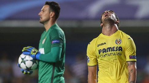 Pato, lamentándose durante el partido con Subasic de fondo.
