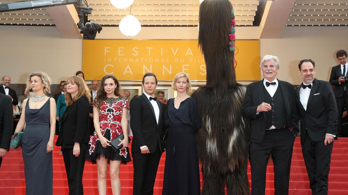 La directora de la película 'Toni Erdmann' junto con el equipo del filme y la mascota durante la presentación de su trabajo en la última edición del Festival de Cannes. (Foto: Getty)
