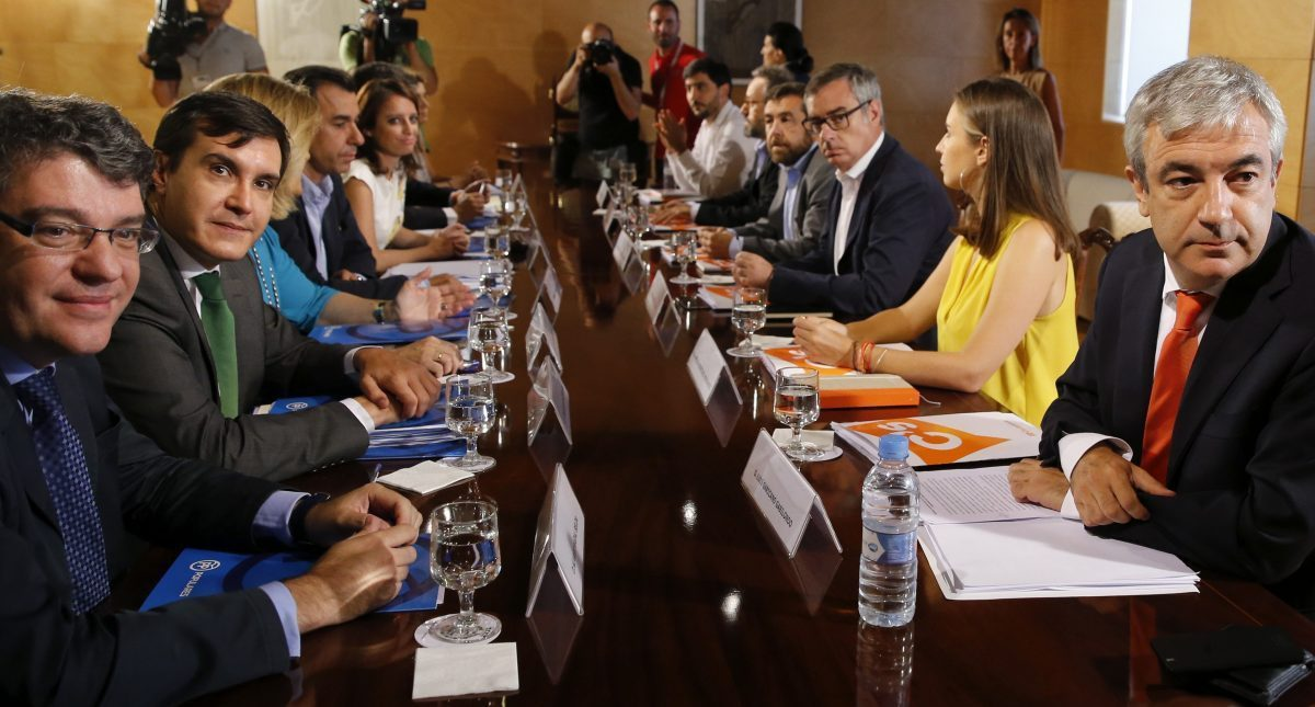 Los equipos negociadores de PP y Ciudadanos, en el Congreso.