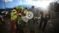 Rescate de una de las víctimas del terremoto.