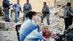 Una familia contempla el pueblo de Amatrice destrozado por el terremoto. (Foto: Getty)