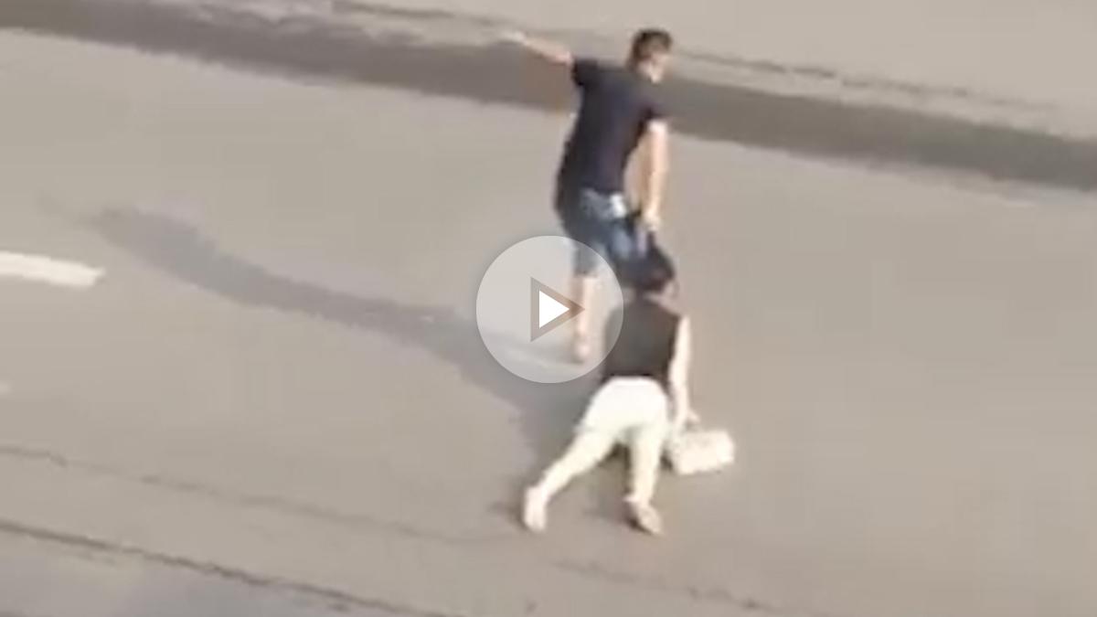 Un hombre arrastra del pelo a su pareja por la calle
