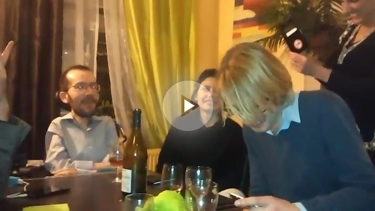Pablo Echenique entona una jota durante un acto con dirigentes de Podemos.
