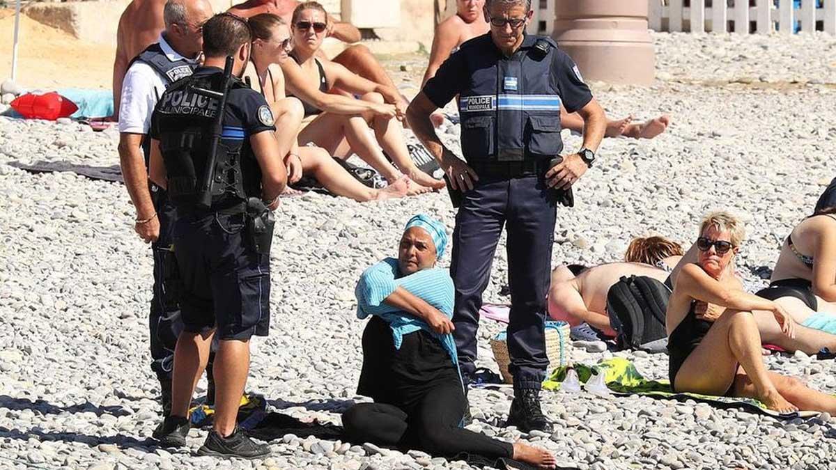 La Policía francesa exigiendo la retirada del burkini.