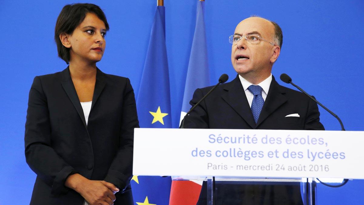 La ministra de Educación Najat Vallaud-Belkacem y el ministro del Interior Bernard Cazeneuve (Foto: Reuters)