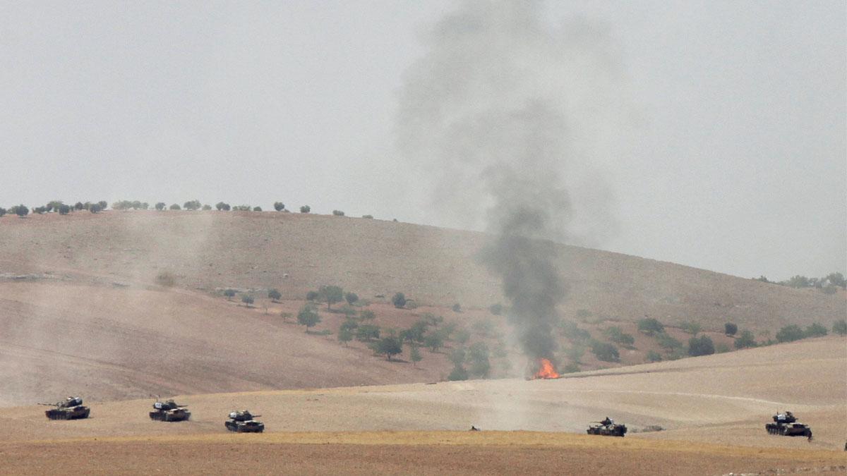 Tanques turcos avanzando hacia Jarablus. (Foto: Reuters)