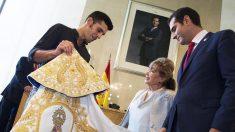 Alejandro Talavante recoge de manos del alcalde Ramón Fernández-Pacheco el Capote de Paseo (Foto: EFE)