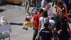 Los médicos tienen que atender en la calle a los heridos porque la mayoría de hospitales están dañados. (Foto:AFP)