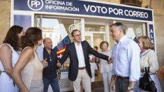El candidato a Lehendakari y presidente del Partido Popular en el País Vasco, Alfonso Alonso, momentos antes de su comparececia en el acto de inauguración hoy de la oficina electoral de esta formación en Vitoria. (Foto: EFE)