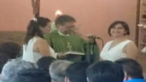 """Una imagen del acto de """"bendición"""" por el que se ha expedientado al párroco Don José García, en Castellón."""