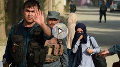Una estudiante de la Universidad Americana de Kabul abandona el lugar de los hechos escoltada por miembros de las Fuerzas de Seguridad. (Foto: AFP)