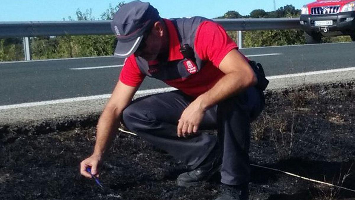 Un investigador de la Policía Foral examina el foco del incendio. (Foto: Policía Foral de Navarra)