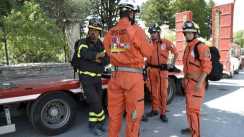 Un equipo de bomberos en Amatrice, uno de los pueblos arrasados por el terremoto. (Foto: AFP)