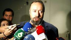 Juan Carlos Girauta atendiendo a los medios (Foto: Efe).