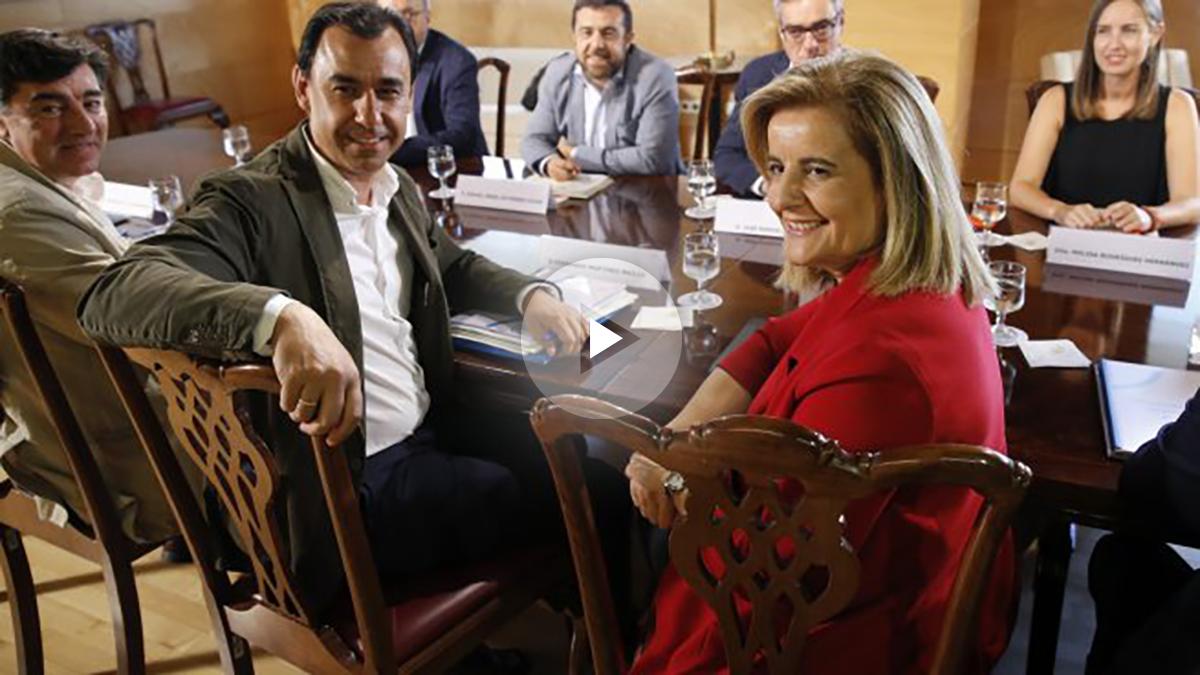 Los miembros del equipo negociador del PP; Fernando Martínez Maillo (c) y Fátima Báñez (d), posan para los medios momentos antes de la reunión de PP y Ciudadanos de cara al debate de invetidura del candidato a la presidencia del Gobierno, Mariano Rajoy, el próximo 30 de agosto. EFE