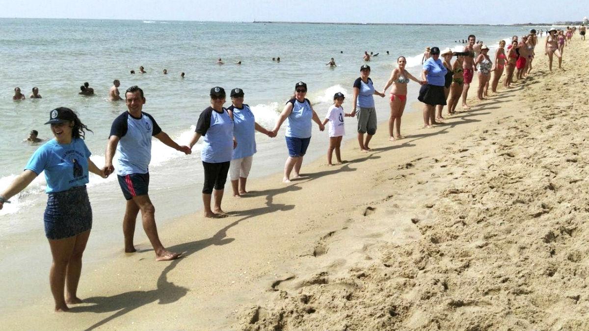 Cadena humana en la playa de Isla Cristina (Foto: Efe).