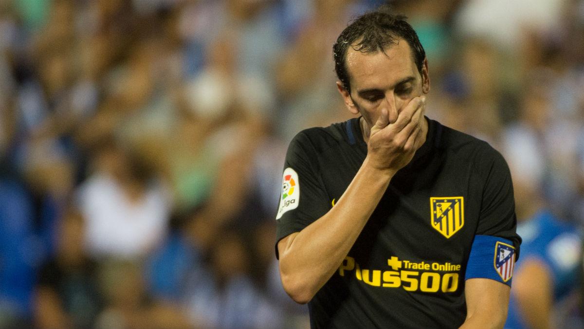 Godín se lamenta tras el empate en Butarque. (AFP)
