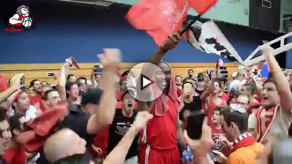 Los aficionados del Happoel reciben a Stoudemire.