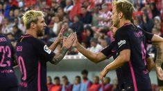 Los jugadores del Barça celebran el tanto en San Mamés