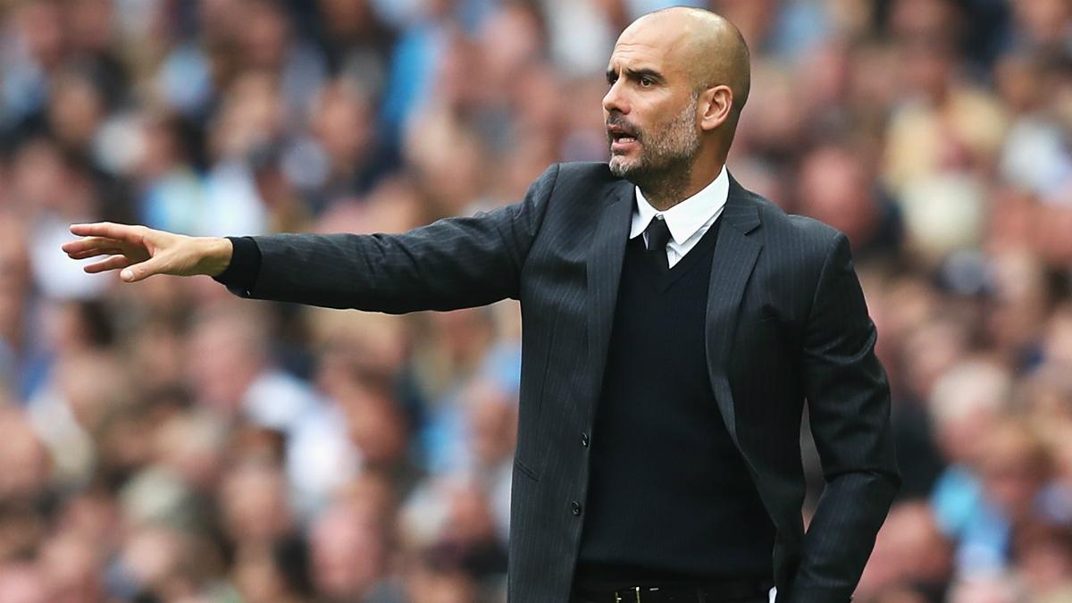 Pep Guardiola da órdenes a sus jugadores en el partido ante el West Ham