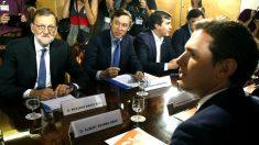 Rajoy y Rivera con los equipos negociadores (Foto: Efe).