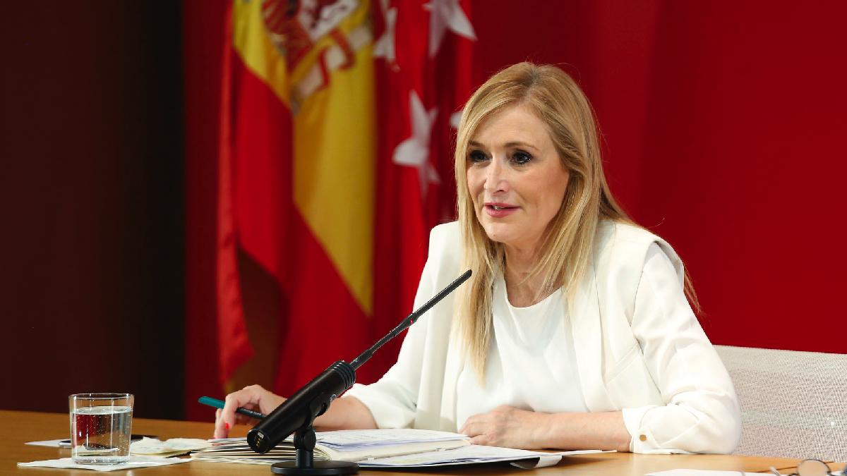 La ex presidenta autonómica, Cristina Cifuentes, ante la prensa. (Foto: CAM)