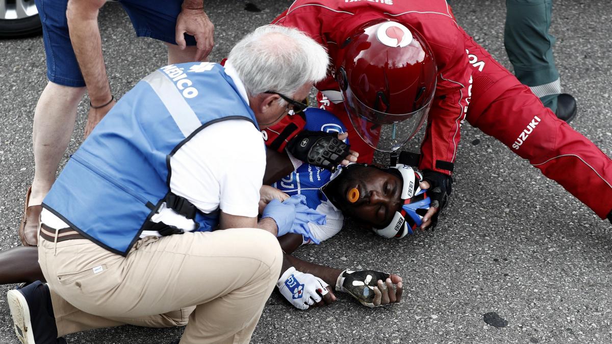 Los médicos de la Vuelta atienden a Kevin Reza. (EFE)