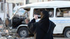 Una mujer fotografía los daños de un atentado en Yemen. (Foto: AFP)