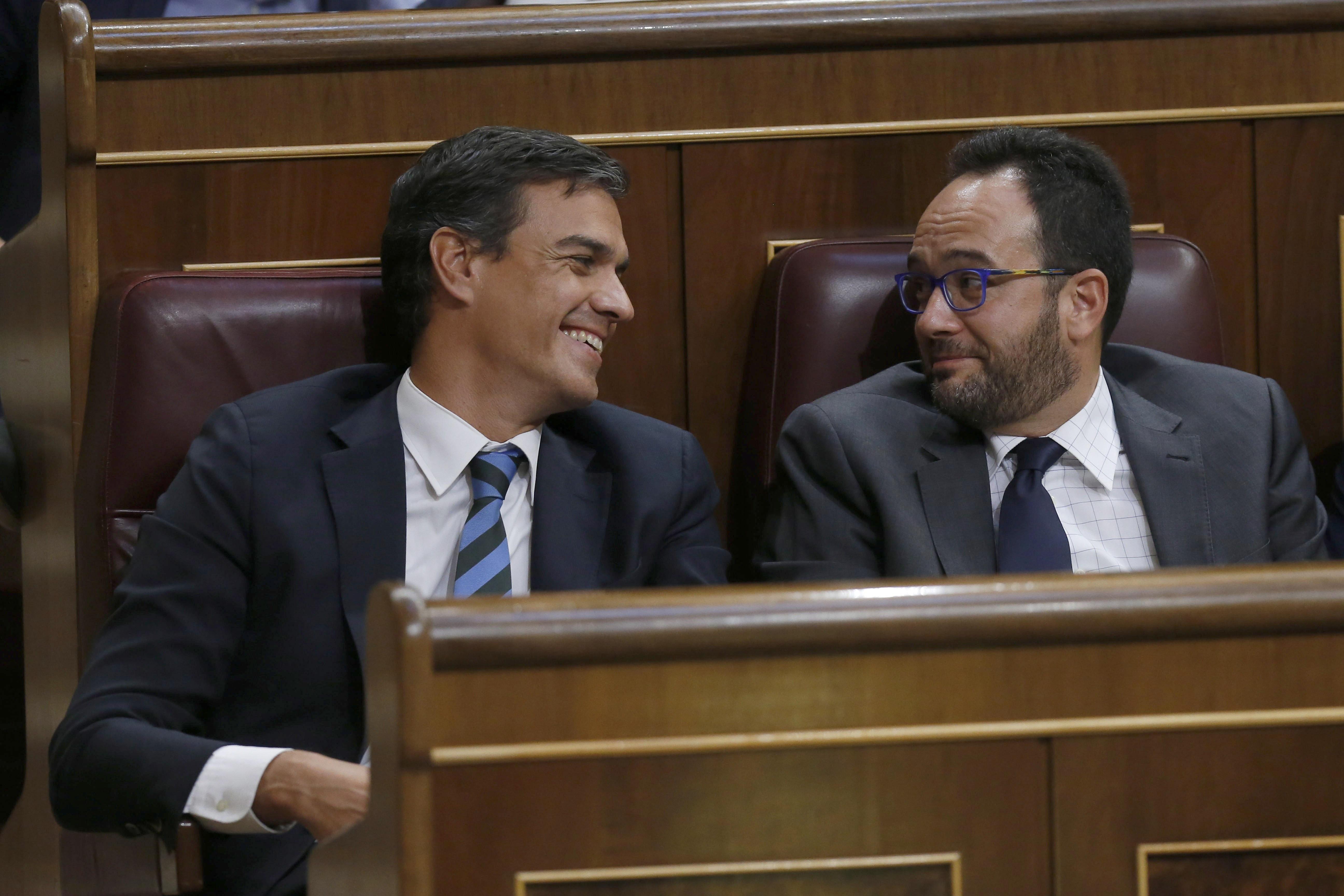 Pedro Sánchez y Antonio Hernando, en el Congreso.