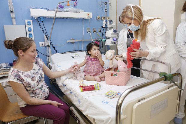 Cifuentes visitando un hospital. (Foto: CAM)