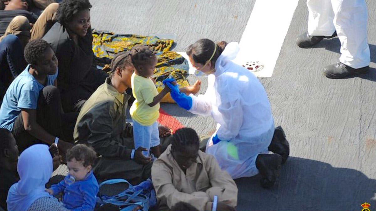 Tripulantes de la Fragata Reina Sofía atienden a los migrantes rescatados en el Mediterráneo. (Foto: Armada española)