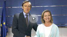 Los portavoces parlamentarios del Partido Popular y de Coalición Canaria, Rafael Hernando (i) y Ana Oramas (d), respectivamente, durante la rueda de prensa conjunta que han ofrecido hoy en el Congreso tras la firma de un acuerdo entre ambos partidos para la investidura de Mariano Rajoy (Foto: Efe)