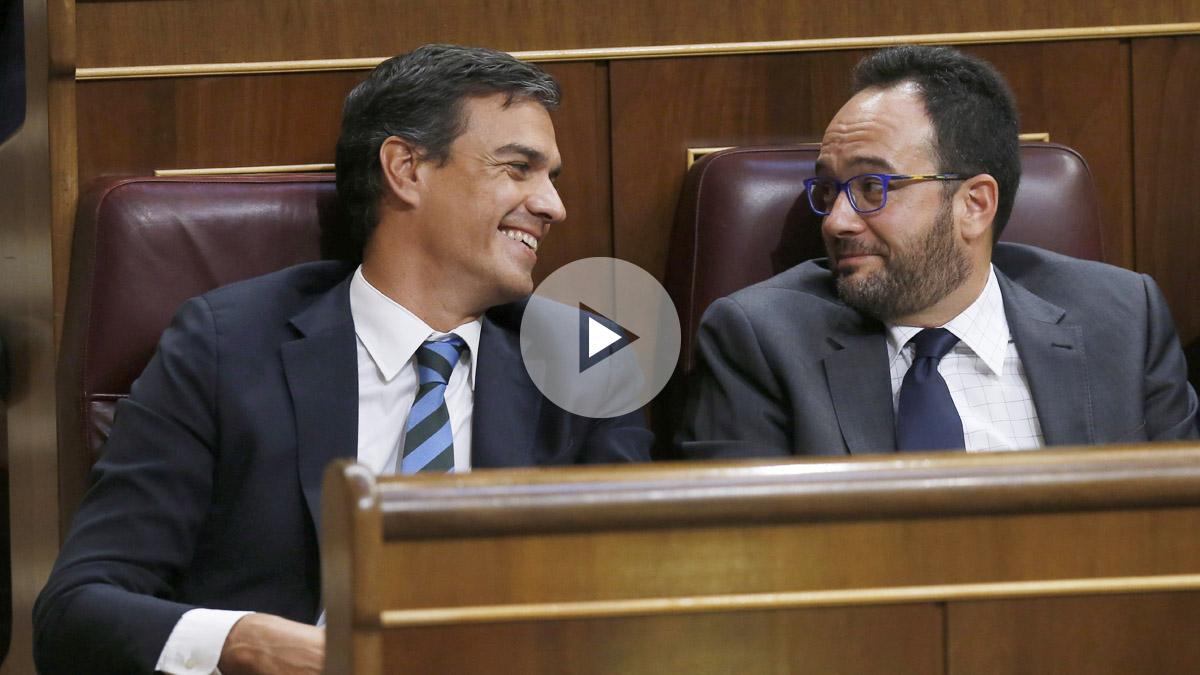 Pedro Sánchez y Antonio Hernando en la bancada socialista. (Foto: EFE)