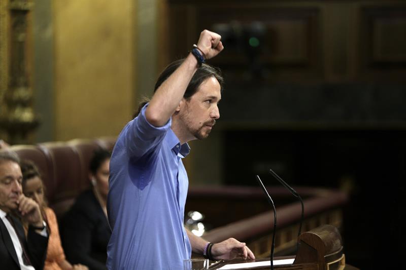 Pablo Iglesias levanta el puño al terminar su intervención. (Foto: EFE)