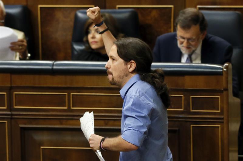 Iglesias haciendo alarde de sus ideales políticos al finalizar su intervención. EFE