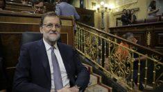 Mariano Rajoy sentado en su tribuna escuchando el discurso de Sánchez. EFE