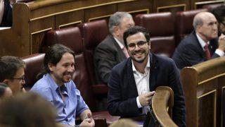 Pablo Iglesias sonríe junto a Alberto Garzón. EFE