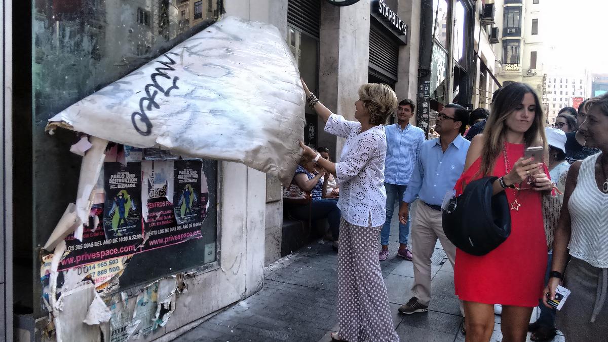 Esperanza Aguirre limpiando Madrid. (Foto: OKDIARIO)