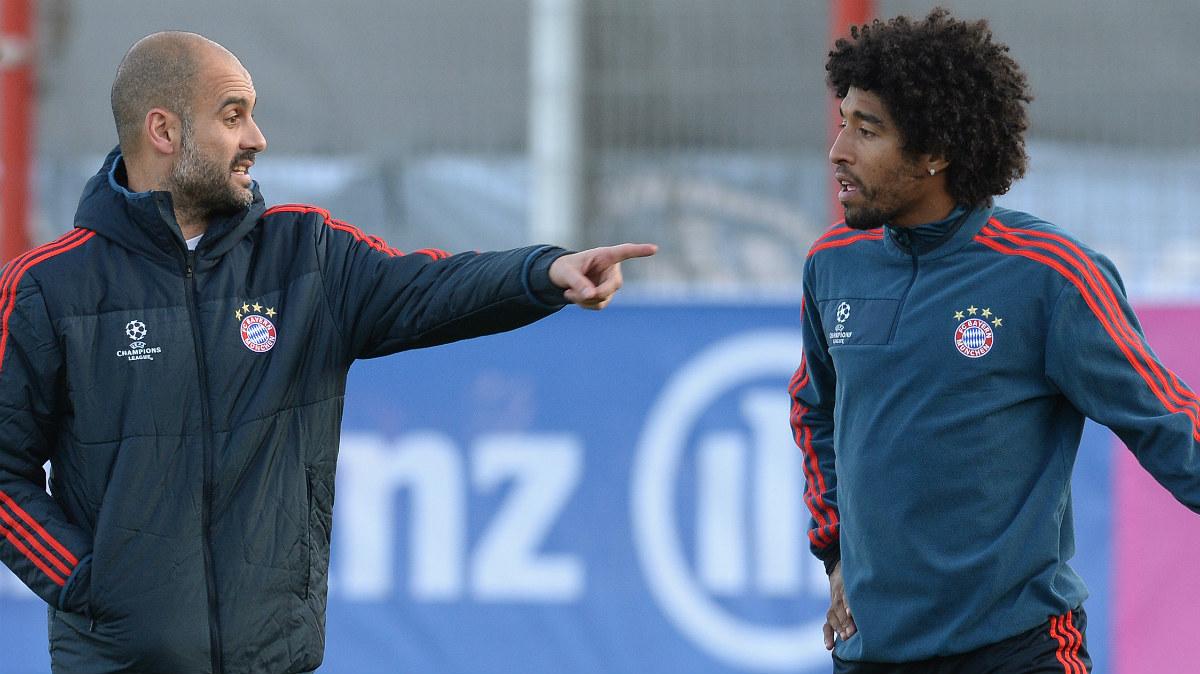 Guardiola da instrucciones a Dante. (AFP)