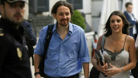 Iglesias y Montero llegando al Congreso de los Diputados esta mañana. EFE