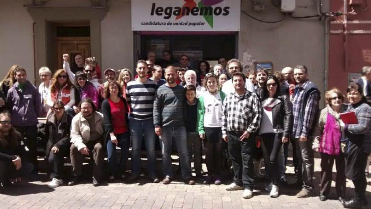 Miembros de Leganemos ante el local de la agrupación podemita.