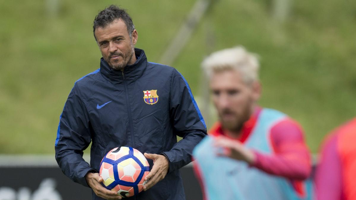 Luis Enrique observa a Messi en un entrenamiento. (AFP)