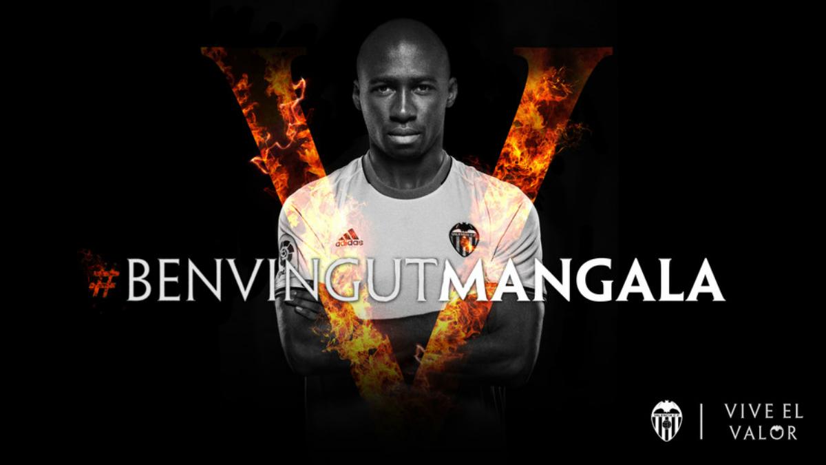 Mangala ya posa con la camiseta del Valencia. (valenciacf.com)