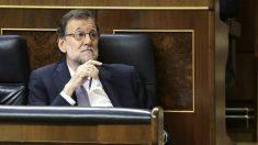 Mariano Rajoy escucha a Pedro Sánchez en el debate de investidura. (Foto: EFE)