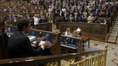 El líder del PSOE, Pedro Sánchez, durante la intervención de Rajoy. (Foto: EFE)