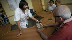 Una enfermera atiende a un señor con Alzheimer durante los ejercicios que realentizan los efectos de la enfermedad estimulando al memoria. (Getty)