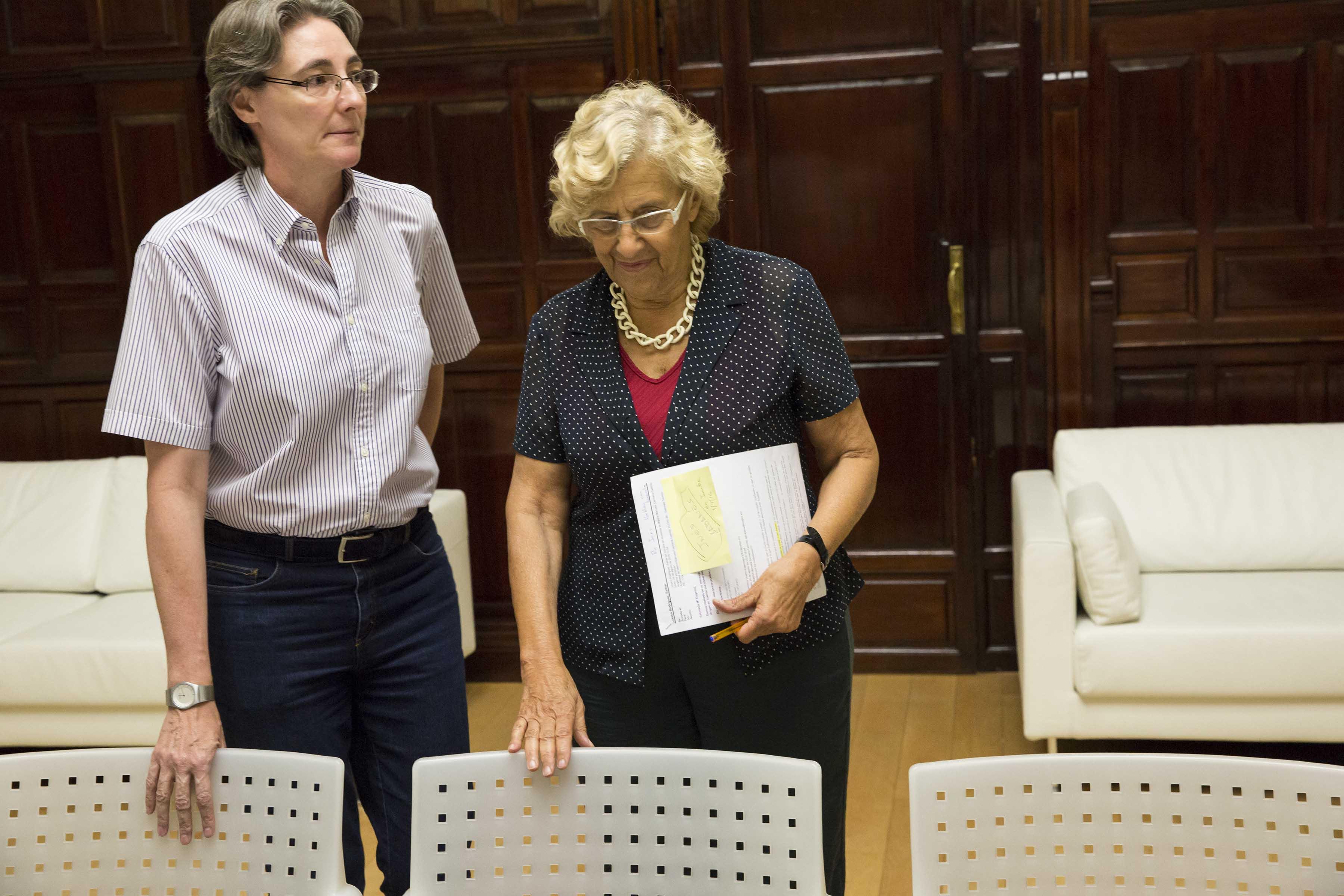 Marta Higueras, teniente alcalde y presidenta de la EMVS junto a Manuela Carmena. (Foto: Madrid)