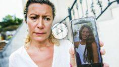 La madre de la desaparecida muestra una foto de su hija mayor. EFE