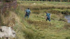 Agentes de la Guardia Civil realizan labores de búsqueda de la joven desaparecida. EFE